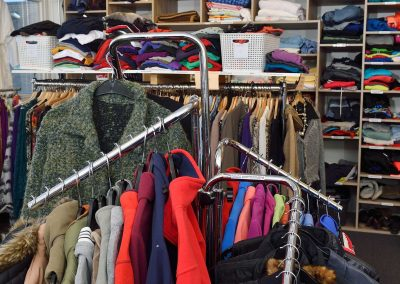 Overzichtelijk-kleding-bekijken-Kledingbank-Enschede